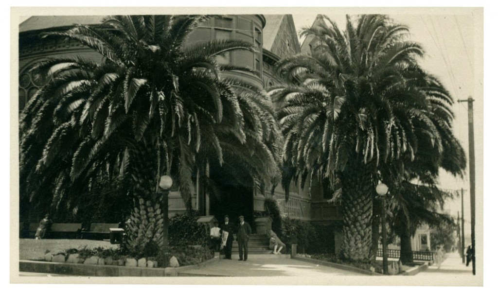 Universalist Church, Pasadena, CA, July 1915. Photo by Elmo Robinson. Courtesy of Andover-Harvard Theological Library.