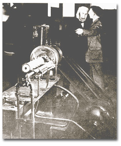 Coolidge demonstrates the ductile tungsten process to Thomas Edison, 1908.
